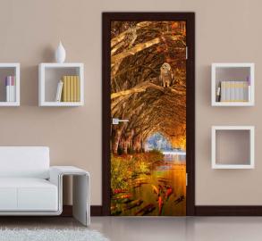 Обои с рисунком на дверь ДЕРЕВЬЯ ВОДА СОВЫ РЫБЫ. Дизайн двери комнаты в интерьере
