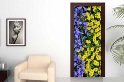 Обои с рисунком на дверь ЦВЕТЫ ФИОЛЕТОВЫЕ ЖЕЛТЫЕ. Дизайн двери комнаты в интерьере