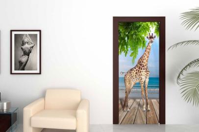 Обои с рисунком на дверь ТЕРРАСА ЖИРАФ НЕБО ЗЕЛЕНЫЕ ВЕТКИ. Дизайн двери комнаты в интерьере