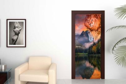 Обои с рисунком на дверь ЛЕВ ГОРЫ ВОДА ЗАКАТ. Дизайн двери комнаты в интерьере