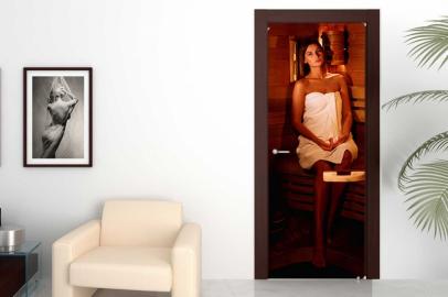 Обои с рисунком на дверь САУНА ДЕВУШКА. Дизайн двери комнаты в интерьере