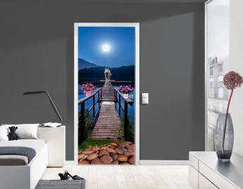 Обои с рисунком на дверь ЗАКАТ МОСТ ВОЛК. Дизайн двери комнаты в интерьере