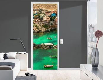 Обои с рисунком на дверь ГОРОДОК БЕРЕГ ЛОДКИ. Дизайн двери комнаты в интерьере