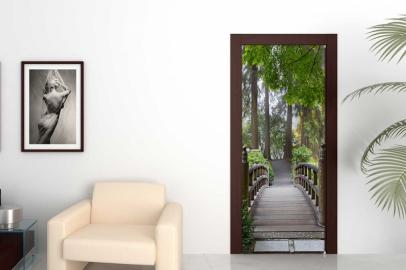 Обои с рисунком на дверь МОСТ В ЛЕС Дизайн двери комнаты в интерьере