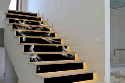 Обои дизайн лестницы ЧЕРНЫЙ ФОН РУКИ