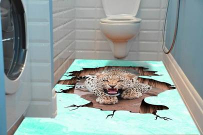 Наклейка на пол ТРЕЩИНА ЛЕОПАРД в интерьере ванной